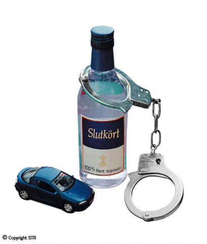 Bild på flask med handklovar runt halsen och en liten blå leksaksbil